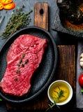 Świeży surowego mięsa wołowiny stek Wołowiny tenderloin, pikantność, ziele i rocznika cutlery, tła odbitkowa jedzenia przestrzeń obrazy royalty free