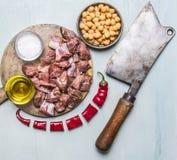 Świeży surowy jagnięcy kotlecik na tnącej desce dla mięsnego cleaver rozwidlenia ziele odgórnego widoku Mięsnego zakończenia w gó Obrazy Royalty Free
