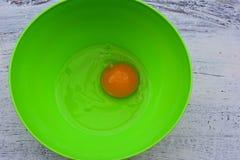 Świeży surowy jajeczny yolk i biała whit sól przy zielonym pucharem, Karmowym background/Flatware/ zdjęcia stock