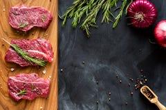Świeży surowy mięso na ciapanie desce z cebulą Widok Obrazy Stock