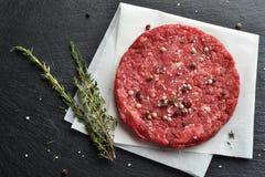 Świeży surowy Pierwszorzędny Czarny Angus wołowiny hamburgeru pasztecik zdjęcia royalty free