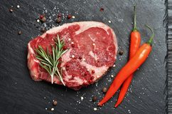Świeży surowy Pierwszorzędny Czarny Angus wołowiny stek na kamiennym tle obraz royalty free