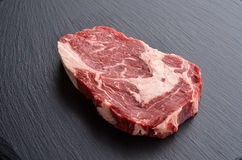 Świeży surowy Pierwszorzędny Czarny Angus wołowiny stek na kamiennym tle Obrazy Stock