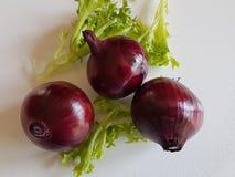 Świeży surowy purpurowej cebuli weganinu jarzynowy naturalny jedzenie na białym tle Zdjęcia Royalty Free