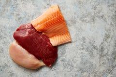 Świeży surowy wołowina stek, kurczak pierś i łosoś polędwicowy, fotografia royalty free