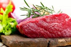 Świeży surowy wołowiny rżnięty przygotowywający kucharz Fotografia Stock