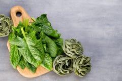 Świeży szpinak z zielonym makaronem na szarym tle zdjęcia stock