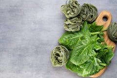 Świeży szpinak z zielonym makaronem na szarym tle zdjęcie stock