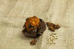 Świeży tort z arachid rodzynkami na trapy tle obraz royalty free