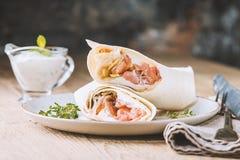 Świeży tortilla opakunek z łososiem obraz stock