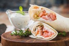 Świeży tortilla opakunek z łososiem obrazy stock