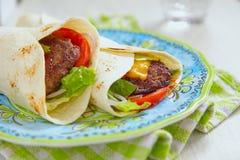 Świeży tortilla opakunek z piec na grillu wołowina hamburgerem obraz royalty free