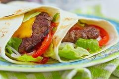 Świeży tortilla opakunek z piec na grillu wołowina hamburgerem obraz stock