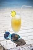 Świeży tropikalny koktajl z rumem na pięknej pogodnej plaży Zdjęcia Stock