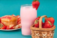 Świeży Truskawkowy słodka bułeczka z truskawki mlekiem Obraz Stock