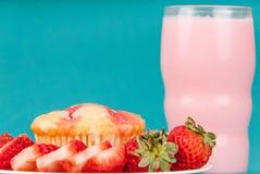 Świeży Truskawkowy słodka bułeczka z truskawki mlekiem Zdjęcie Stock