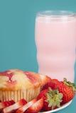 Świeży Truskawkowy słodka bułeczka z truskawki mlekiem Obrazy Royalty Free