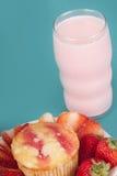 Świeży Truskawkowy słodka bułeczka z truskawki mlekiem Fotografia Stock