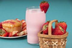 Świeży Truskawkowy słodka bułeczka z truskawki mlekiem Zdjęcia Stock