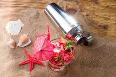 Świeży truskawkowy tropikalny koktajl z potrząsaczem Fotografia Royalty Free