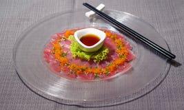 Świeży tuńczyka carpaccio z sałatki i cytrusa owoc kumberlandem zdjęcia stock