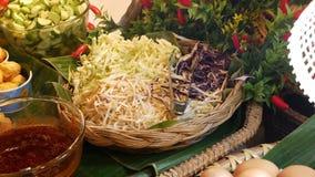 Świeży uliczny jedzenie na kramu Różnorodny świeży tradycyjny Tajlandzki jedzenie umieszczający na kramu w ulicznej kawiarni zbiory