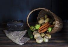 Świeży warzywo rozlewa z kosza Zmroku wciąż życia pojęcie obrazy stock