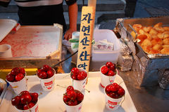Świeży wiśnia kram przy Insadong rynkiem Zdjęcie Stock