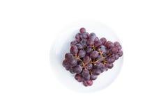 Świeży winogrono na bielu talerzu odizolowywającym na białym tle Zdjęcia Royalty Free