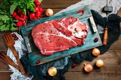 Świeży wołowiny cielęciny mięso na nieociosanym drewnianym stole zdjęcie stock