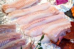 Świeży zazębiony za przepasuje biała ryba na kontuarze lód zdjęcie stock