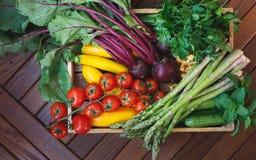 Świeży zbierający życiorys warzywo i pieczarki w nieociosanej skrzynce zdjęcia royalty free