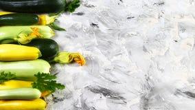 Świeży zieleni, koloru żółtego zucchini i, Zucchini tło Mieszkanie nieatutowy kosmos kopii obrazy stock