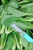 Świeży zieleniak i nóż Obrazy Royalty Free