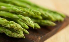 Świeży zielony asparagus na drewnianym stole Obrazy Stock