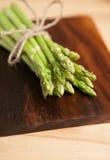 Świeży zielony asparagus na drewnianym stole Fotografia Royalty Free
