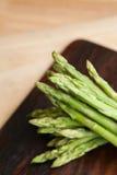 Świeży zielony asparagus na drewnianym stole Fotografia Stock