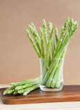 Świeży zielony asparagus na drewnianym stole Obraz Royalty Free