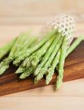 Świeży zielony asparagus na drewnianym stole Zdjęcie Royalty Free