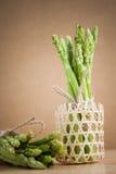 Świeży zielony asparagus na drewnianym stole Zdjęcie Stock