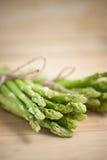 Świeży zielony asparagus na drewnianym stole Zdjęcia Royalty Free
