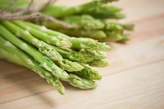 Świeży zielony asparagus na drewnianym stole Zdjęcia Stock