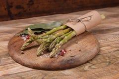 Świeży zielony asparagus na drewnianym tle, odgórny widok Fotografia Royalty Free