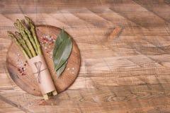 Świeży zielony asparagus na drewnianym tle, odgórny widok Zdjęcia Stock