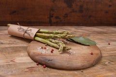 Świeży zielony asparagus na drewnianym tle, odgórny widok Obraz Stock