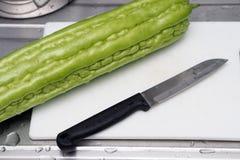 Świeży zielony gorzki melon lub gorzka gurda przygotowywający gotować Obrazy Royalty Free