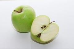 Świeży zielony jabłko z jabłczaną połówką -6 Obrazy Royalty Free