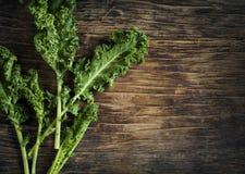 Świeży Zielony Kale na drewnianym tle Obraz Royalty Free