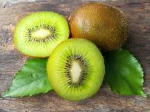 Świeży zielony kiwi, wyśmienicie plasterek owoc, układa pięknego, drewnianego tło, Obraz Royalty Free