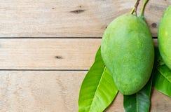 Świeży zielony mango na drewnianym tle Obrazy Stock